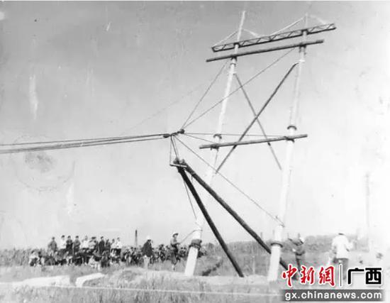 20世纪60年代,柳州电力工人正在架设柳州首条220千伏线路。