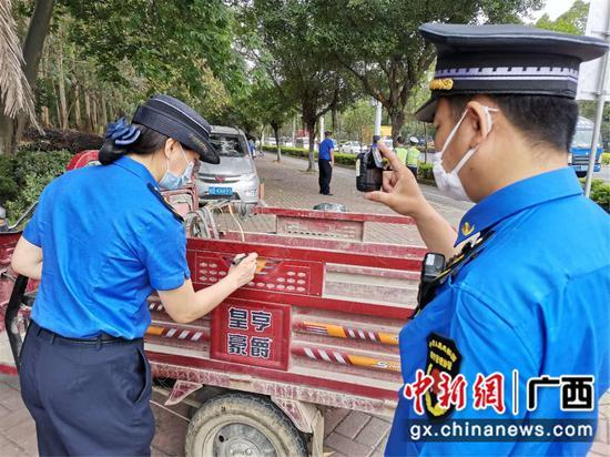 """广西柳州城管严查""""五车""""乱象"""