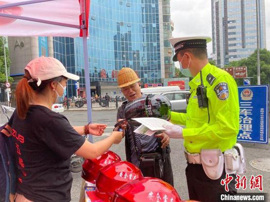 贵州开展赠送安全头盔公益活动 免费发放头盔5万个