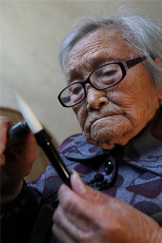 百岁老人沈应珍的90载制笔生涯。 吴建勋 摄