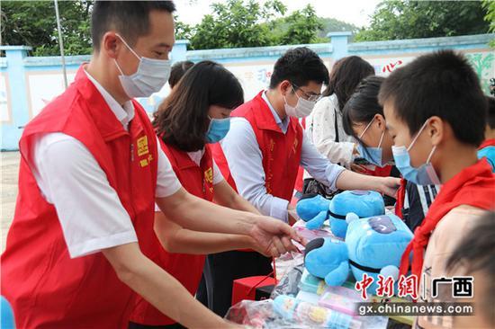 """志愿者们为孩子们提前送上""""六一""""祝福。关喆琳 摄"""