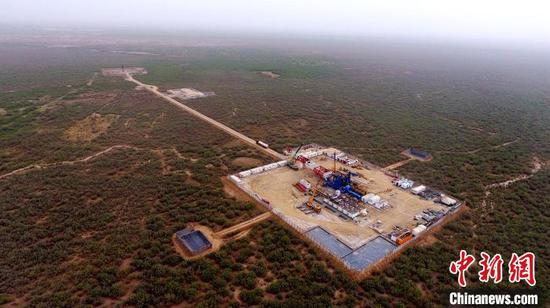 中石化西北油田工程服务中心的搬迁队伍克服连日风沙,战高温,抢进度,抓紧施工。 谭辉 摄