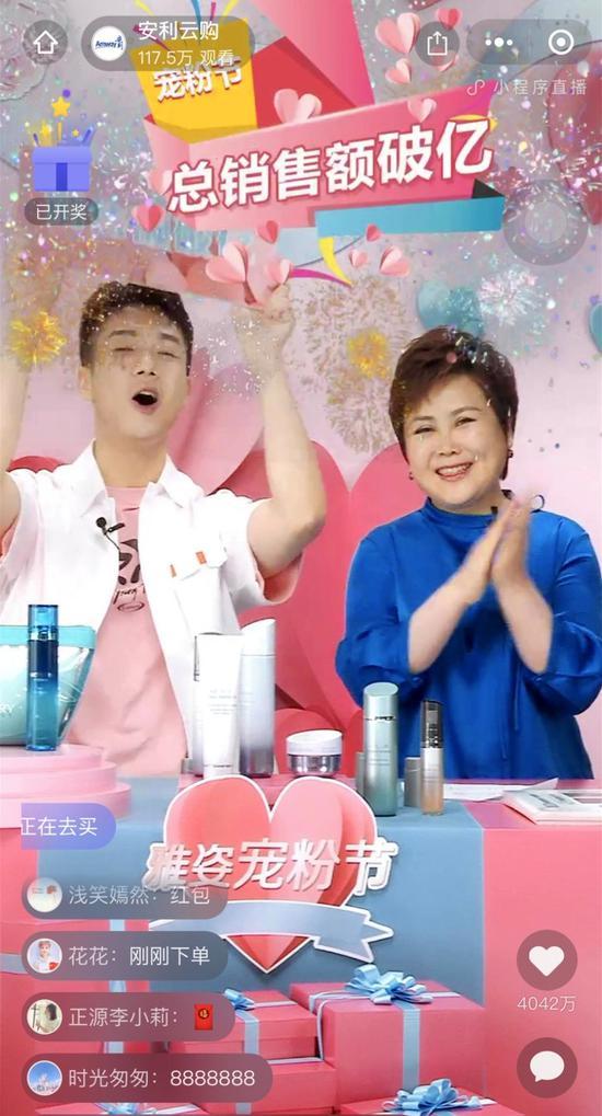 安利(中国)总裁余放(右一)庆祝销售破亿。