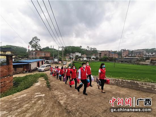 志愿者们赶赴学校看望孩子们。关喆琳      摄