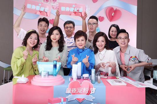 安利(中国)总裁余放(前排左三)与直播团队。