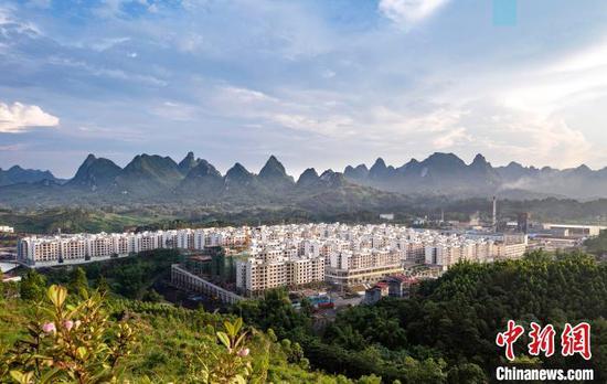 广西环江毛南族自治县毛南家园城西安置区全貌。崖宝基 摄