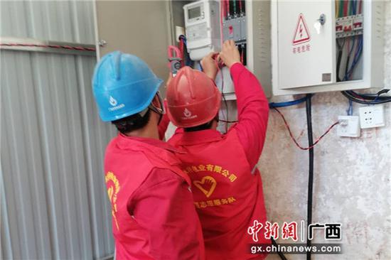 南方电网广西崇左市公司工作人员为拾义村检修供电设备。许乐兴 摄