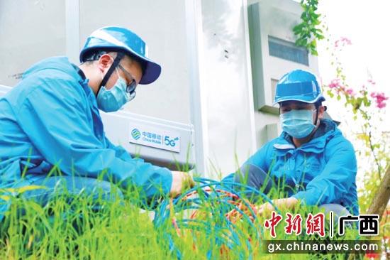 广西移动网络技术人员在贵港园博园建设5G基站。广西移动供图