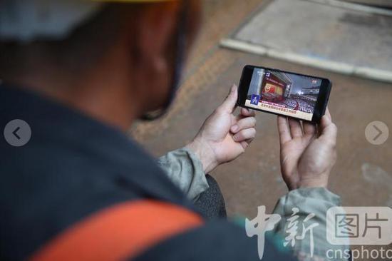 贵阳:工地建设者关注全国政协十三届三次会议开幕会
