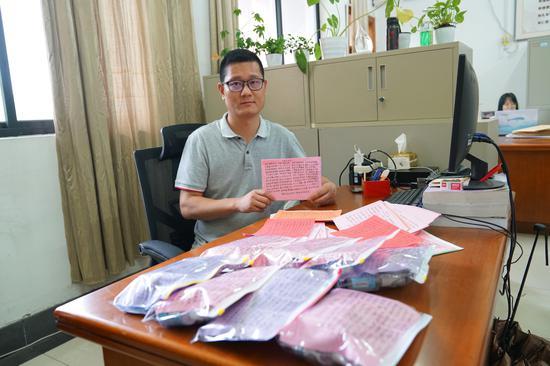 杭电辅导员为244名学生手写防疫打油诗。 雷哲超 摄