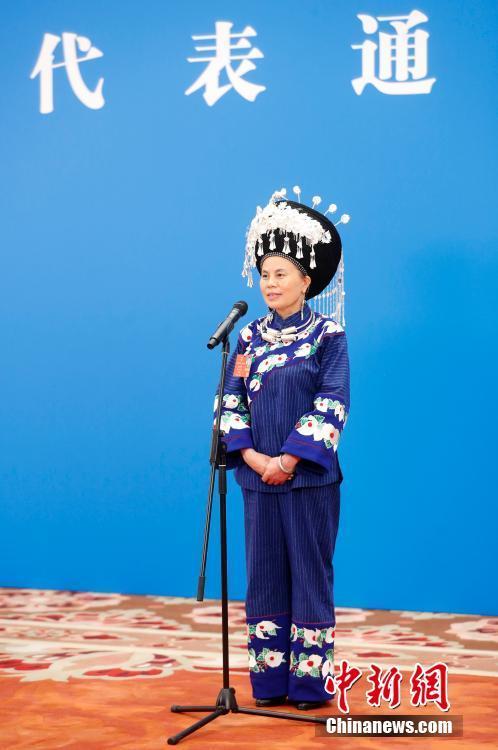 """5月22日,第十三届全国人民代表大会第三次会议在北京人民大会堂举行首场""""代表通道""""采访活动。图为全国人大代表石丽平通过网络视频方式接受采访。 中新社记者 杜洋 摄"""