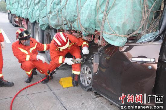消防员正在展开救援。