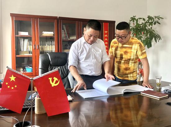 赵洪海与村干部讨论三星路团块改造事宜。  瑞安宣传部供图