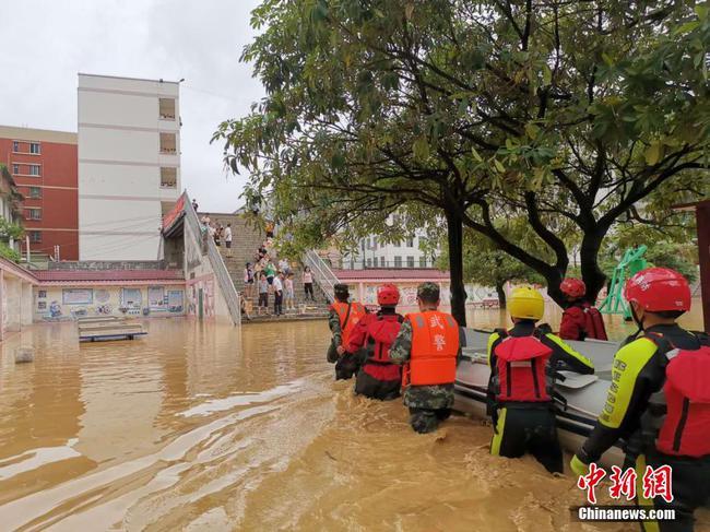 广西那坡暴雨致大量民居被淹 道路大面积瘫痪