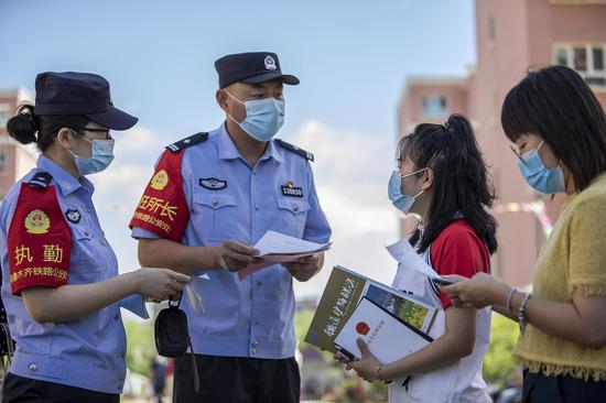 民警向社区居民发放爱路护路宣传单。李国贤 摄