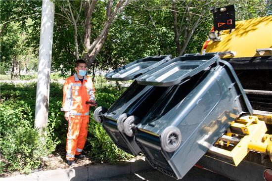 图为环卫工人在进行3吨压缩吊桶赛。李琰 摄