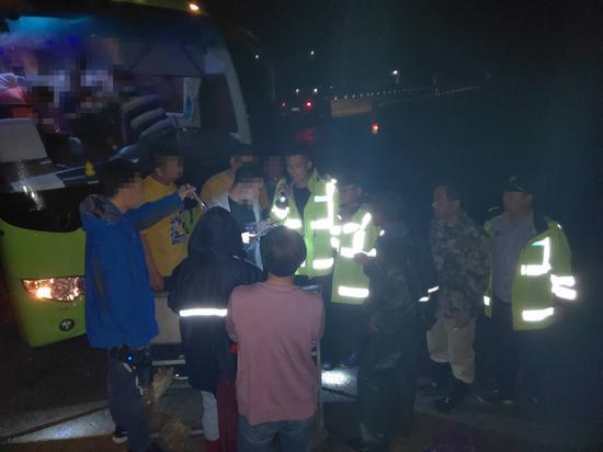救援队商讨搜救方案。  临安警方 供图