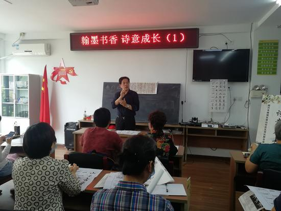 兰亭书会在涂山社区指导书法培训活动。  兰亭书会供图