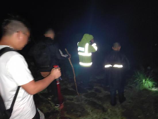 救援队营救被困人员下山。 临安警方 供图