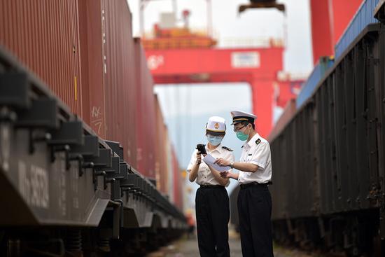 大榭海关关员对过境货物开展监管。  向恋梅 摄