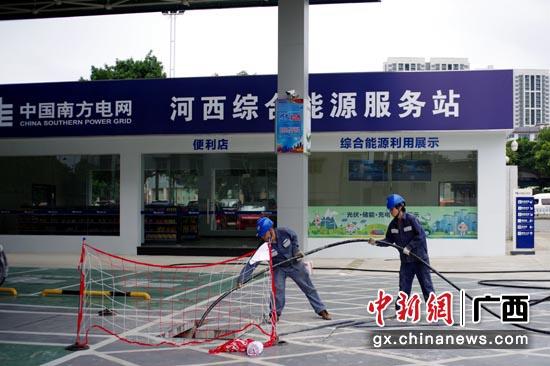 5月23日,工作人员正在为河西综合能源服务站二期工程布设电缆。邹振远 摄