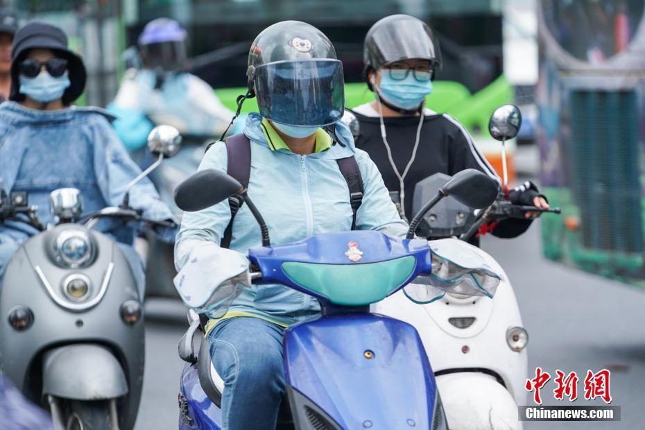 南宁出台电动车管理新条例 旧标车需强制佩戴头盔
