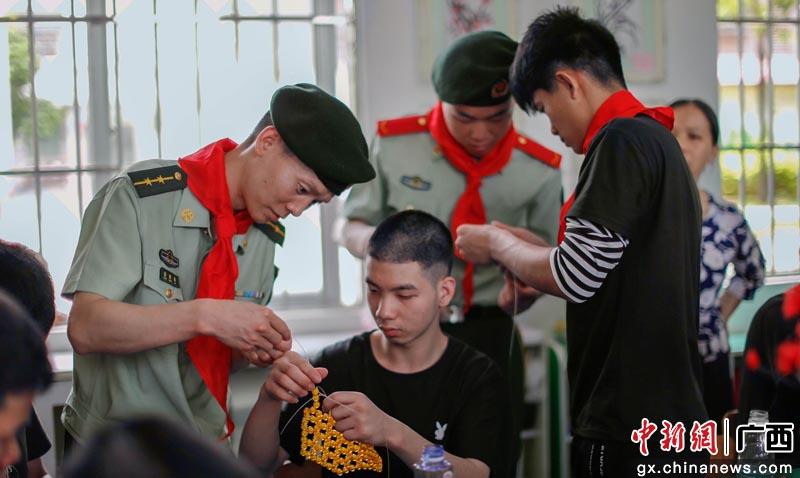 广西崇左武警官兵走进特殊学校与孩子们庆六一