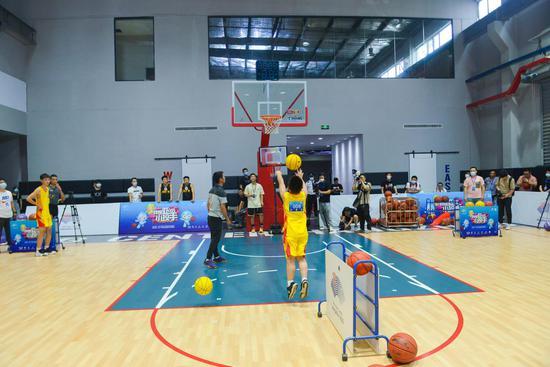 选手在进行定点投篮比赛。商泽阳 摄