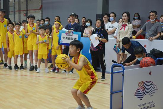 选手在准备投篮。商泽阳 摄