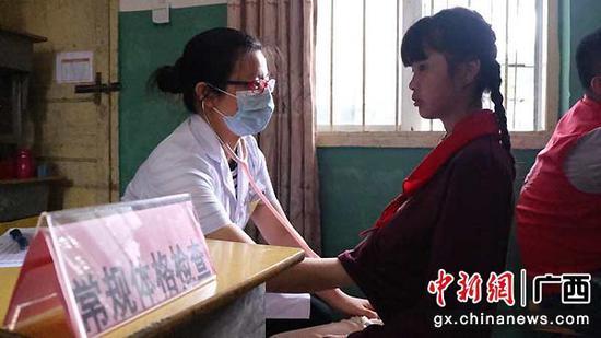 20位医疗志愿者走进广西极度贫困村献爱心