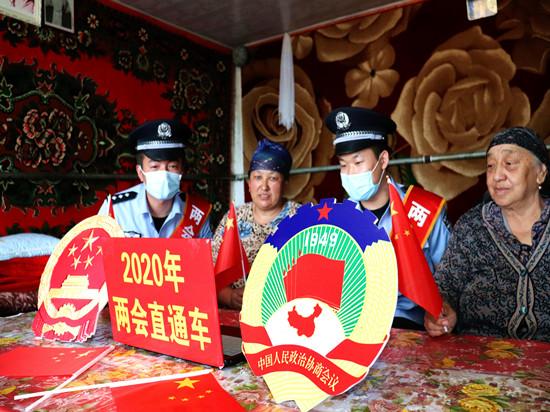 新疆阿勒泰吉木乃边境管理大队两会宣传进村队