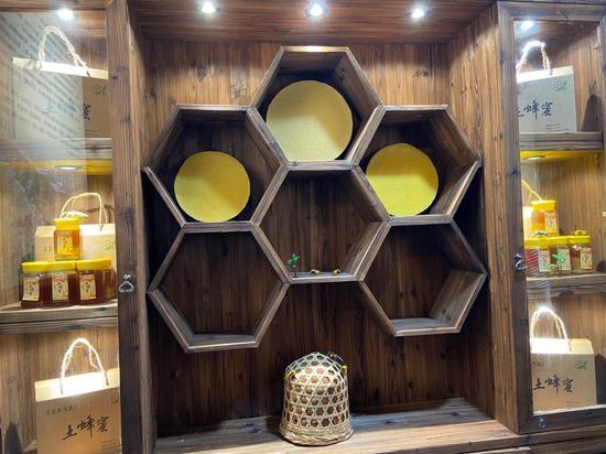 蜂蜜展示柜。  項菁 攝