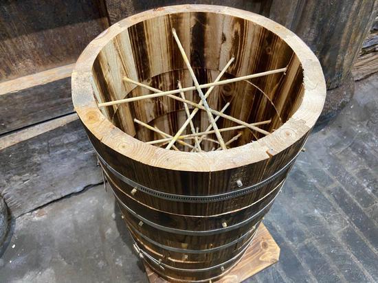 當地人新設計的養蜂桶。  項菁 攝