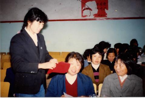 1991年谢根花在卫计协会换届大会上分发选票 受访者提供