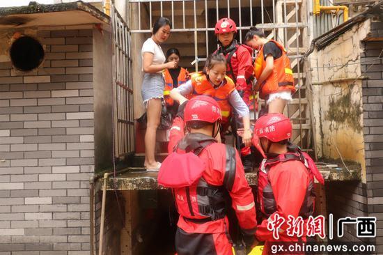强降雨引发广西柳州内涝 消防开船送老师上班