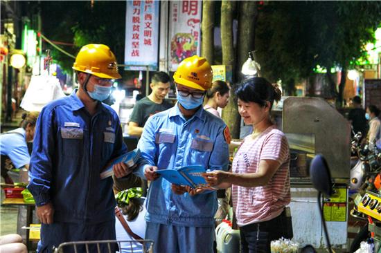 """广西南宁:""""地摊经济""""有活力 用电安全管控有深度"""