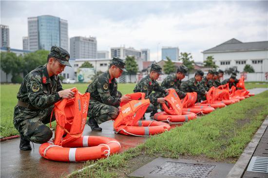 武警官兵快速穿戴救生設施。 胡港 攝