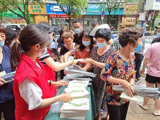 志愿者团队慰问环卫工人。 温州市综合行政执法局供图