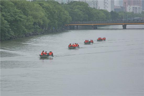 武警官兵進行縱隊航行訓練。 胡港 攝