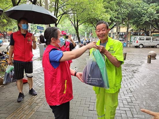 志愿者向民众宣传垃圾分类。  温州市综合行政执法局供图
