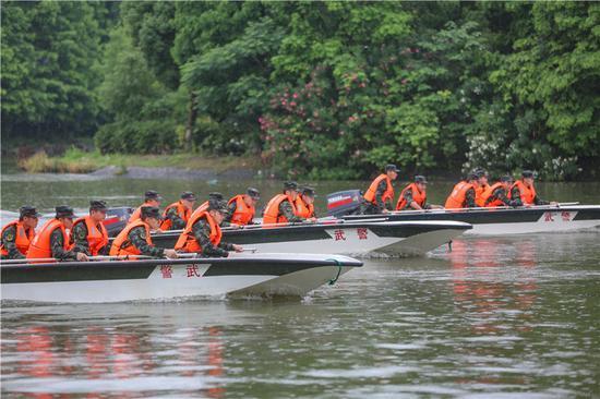 武警官兵進行編隊航行訓練。  胡港 攝