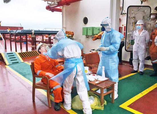 換班船員進行核酸檢測。  徐玲江 攝