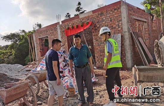 廣西建工總承包公司應急施工隊進村改造危房。羅雄林 攝