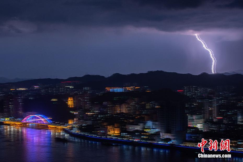 廣西梧州電閃雷鳴 形成特別夜景