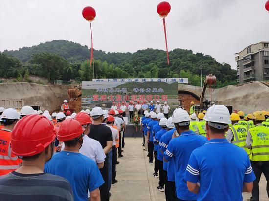 杭州富阳320国道至富阳大桥连接线鹿山(大盘山)隧道工程项目启动仪式。 张旭东 摄