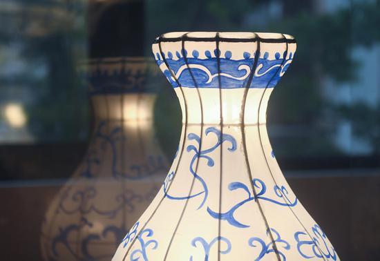 风筝灯彩馆内陈列的的青花瓷花灯。  王刚 摄