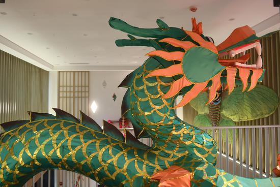 风筝灯彩馆内陈列的制作精细的龙形花灯。  王刚 摄