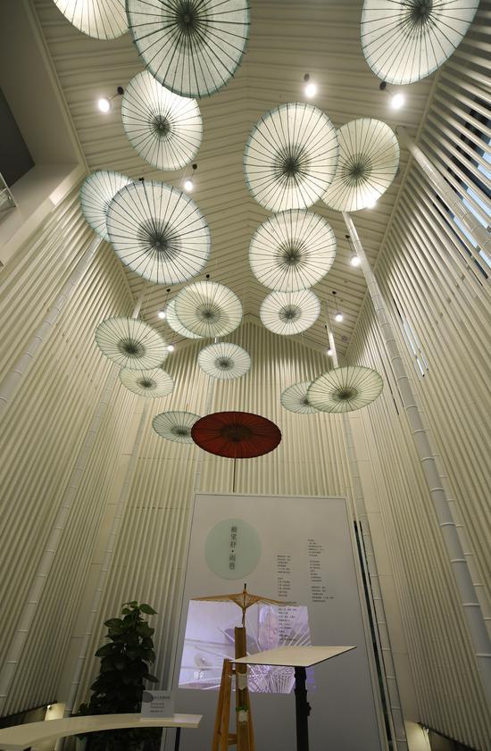 余杭纸伞馆内高挂的纸伞成为独特的点缀。  王刚 摄