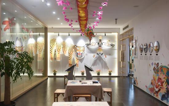 各类风筝作品在风筝灯彩馆内展示。  王刚 摄
