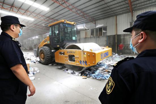 海关关员现场监管侵权货物销毁。 姚峰 摄